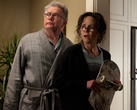A família Parker ganha destaque. Martin Sheen e Sally Field vivem tio Ben e tia May, respectivamente, que escondem de Peter alguns segredos sobre seus pais.