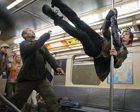 A atração principal não são os efeitos visuais (como é o caso de Os Vingadores, que impressiona pelo espetáculo). É a profundidade de Peter Parker, seus conflitos internos, suas imperfeições, seu remorso, e principalmente o seu aprendizado. É que ninguém se torna herói da noite para o dia só porque usa um uniforme.