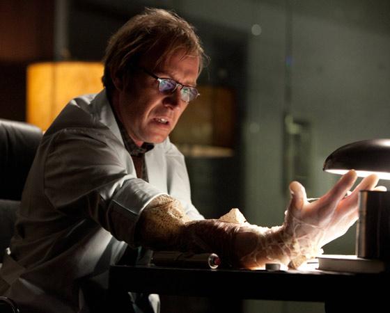 Outra boa surpresa é o ator Rhys Ifans, que vive o doutor Curtis Connors, cientista que se transforma no Lagarto graças a uma fórmula que interfere no seu código genético.