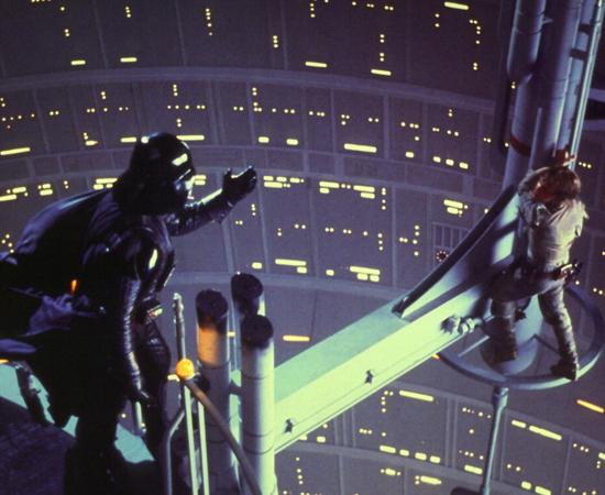 Star Wars - Episódio V: O império contra-ataca (George Lucas, 1980) - A história você conhece. Luke Skywalker, Han Solo e a Princesa Leia lideram uma aliança rebelde e tentam resistir aos ataques do Império. Ao final do segundo (ou quinto, como quiserem) episódio da série, Darth Vader congela Han Solo e tem um confronto decisivo com Luke. Depois de decepar uma das mãos do herói, o vilão mais querido dos nerds faz a revelação que ajudou a transformar a série em um clássico. Nunca viu o filme e ainda não sabe qual é?