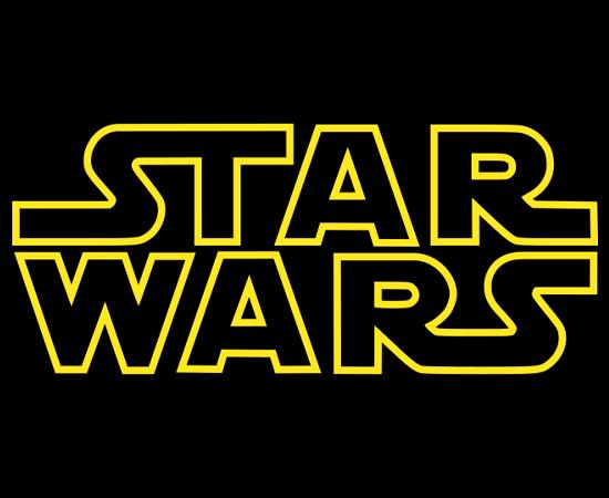 """STAR WARS - A saga começou na década de 1970, quando o desconhecido George Lucas escreveu um roteiro para seis horas de filme. Após ter o trabalho rejeitado, ele dividiu a peça em seis episódios e conseguiu aval para produzir os três últimos. O filme """"Star Wars"""" foi lançado em 25 de maio de 1977 e conquistou a maior bilheteria do ano: $775,3 milhões de dólares. A partir de então, Lucas produziu os demais episódios e tornou-se um dos mais respeitados empreendedores de Hollywood. Atualmente, a saga já rendeu mais de $20 bilhões de dólares."""