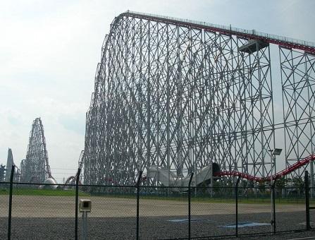 A Steel Dragon 2000 é outra made in Japan. Quando inaugurada, era a a mais alta do tipo circuito completo. Atualmente é a segunda mais rápida do país e uma das mais velozes do mundo.