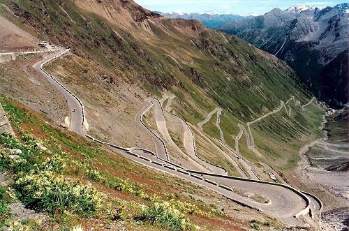 A quase 3 mil metros de altura, a Stelvio Pass corta as montanhas do norte da Itália. Só uma pequena barreira separa a rodovia do abismo.
