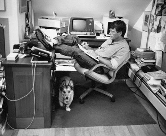Stephen King e seu corgi Marlowe. Ele é um dos escritores de histórias de terror mais famosos do mundo. É autor de O Nevoeiro, O Iluminado, Janela Secreta e vários outras obras.