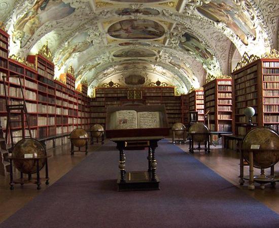 BIBLIOTECA DO MONASTÉRIO DE STRAHOV - Construída no século 17, tem dois salões principais: o teológico e o filosófico. Guarda mais de 400 mil volumes.