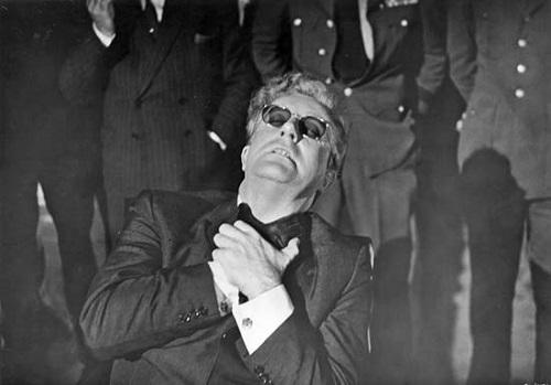 <i>Dr. Fantástico</i> é considerado um dos maiores filmes da história do cinema. A comédia de humor negro também tem seu cientista.