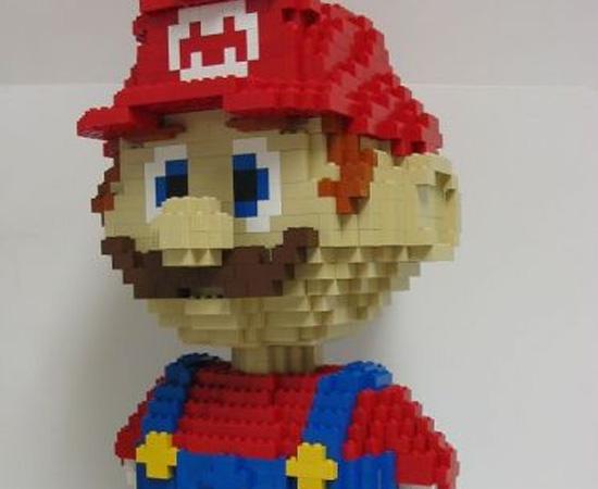 Mário feito com peças de Lego.
