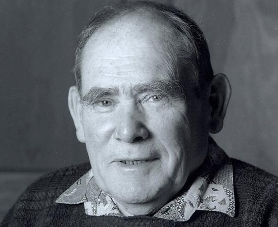 SYDNEY BRENNER (1927) - Biólogo sulafricano que obteve grandes avanços nas pesquisas relacionadas ao código genético. Foi premiado pelo Nobel de Fisiologia / Medicina em 2002.