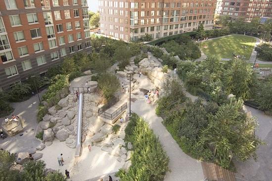 Passagens secretas, formações geológicas estranhas e um escorregador formam o Teardrop Park, que fica em Nova York.