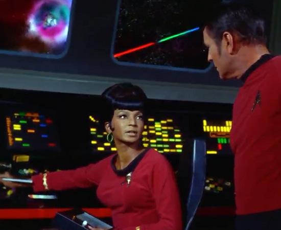 'Ponte para capitão.' - Tenente Uhura, pronta para dar más notícias.