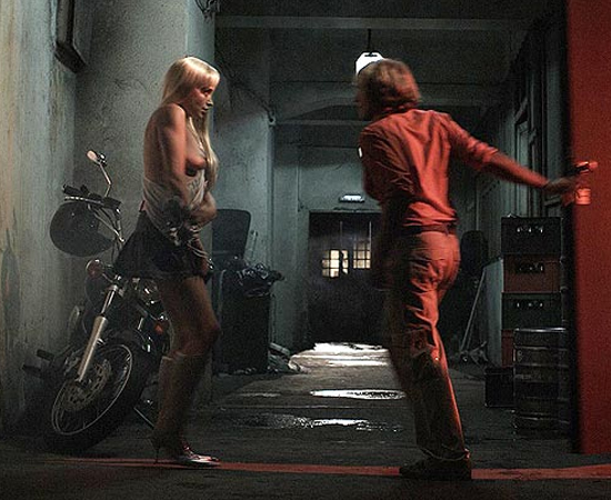 'TERROR SEM LIMITES' (2010), dirigido por Srđan Spasojević, foi o primeiro filme a ser banido no Brasil após a promulgação da Constituição de 1988. De acordo com a Justiça Federal, a medida foi tomada em prol da preservação da vida e da integridade da pessoa humana. O filme conta a história de um ator pornô decadente que é compelido a participar de filmagens envolvendo estupro de crianças, incesto e necrofilia.