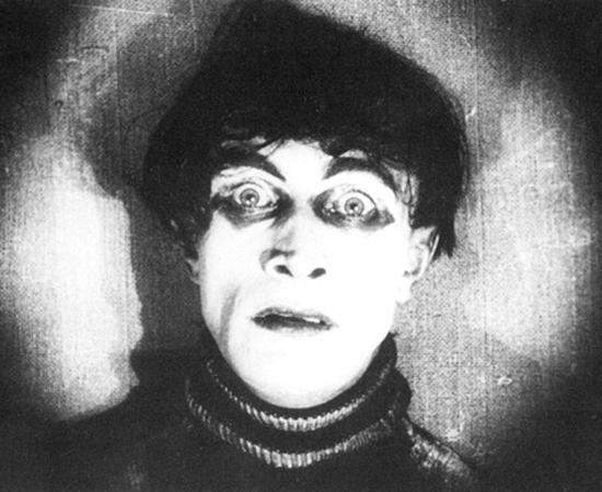 O Gabinete do Dr. Caligari (Robert Wiene, 1920) - Neste clássico do expressionismo alemão, Francis conta suas experiências ao enfrentar um médico lunático que matou pessoas manipulando o sonâmbulo Cesare. Assim começou o terror no cinema. E veio também a primeira grande reviravolta que provavelmente influenciou todas as outras desta galeria.
