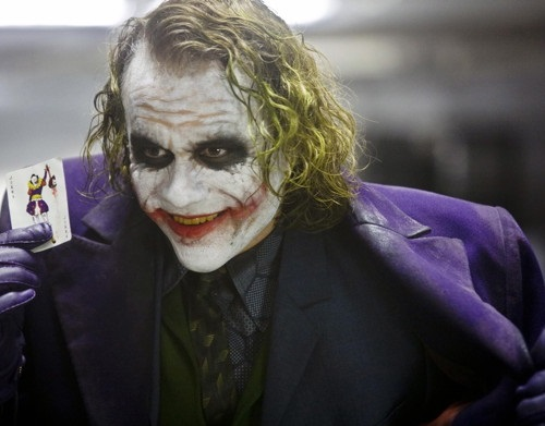 A morte repentina do ator Heath Ledger, em 2008, chocou o mundo do cinema. Ele tinha acabado de gravar <i>Batman: o Cavaleiro das Trevas</i>, filme em que interpretou o papel do Coringa. Essa não foi a única tragédia envolvendo um filme do Batman: no mesmo ano um técnico morreu num acidente, enquanto o ator Morgan Freeman, que participou de toda a trilogia recente, também sofreu um acidente de carro.