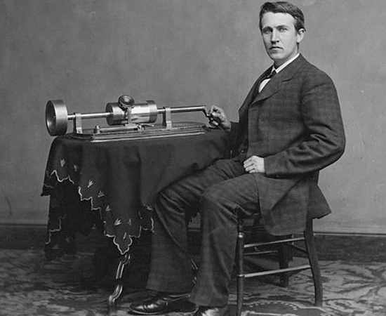 FONÓGRAFO - Edison percebeu que era possível gravar um som para ouvi-lo depois. Assim, inventou o fonógrafo (foto) em 1877. Nesta época o inventor tinha apenas 31 anos de idade e já era uma celebridade nacional.