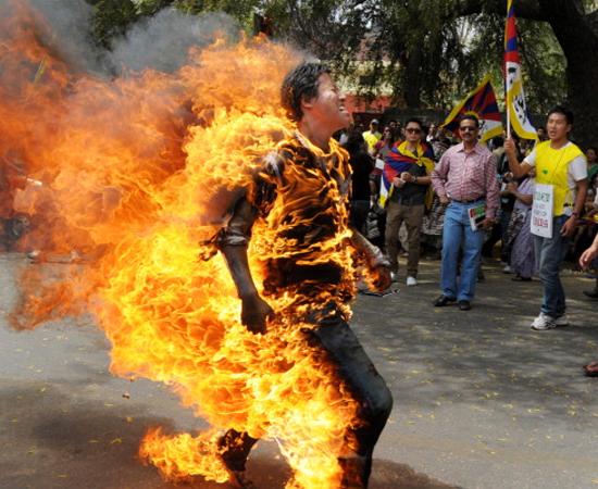 No dia 26 de março, um ativista tibetano ateou fogo em si mesmo durante um protesto em Nova Delhi, na Índia. Ele estava indignado com a visita do presidente chinês Hu Jintao ao país.