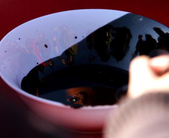 TINTA - Foram inventadas pelos chineses há 4.500 anos, combinando fuligem, óleo de lampião, gelatina e almíscar. Eram usadas para pintar os entalhes em pedra. Com o advento da escrita, foram necessários novos tipos e cores de tintas, produzindo textos detalhados e permanentes.