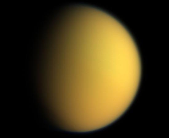 Esta é Titã, a maior lua de Saturno. Tem uma atmosfera mais densa do que a da Terra e é o único objeto do Sistema Solar com evidência clara de líquidos em sua superfície. Foi descoberta em 1655 pelo astrônomo holandês Christiaan Huygens.