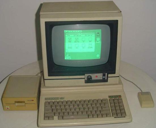 TK 3000 II era um dos computadores mais modernos. Chamado de sucessor do Apple II, tinha teclado numérico incorporado e memória expansível de até 1 MB. Sim, 1 MB.