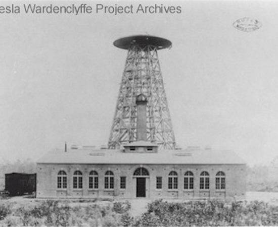TORRE WARDENCLYFFE - Esta invenção de Nikola Tesla seria uma antena que geraria eletricidade pelo ar e pela terra, e serviria para telecomunicações. A torre até chegou a ser construída (foto), mas os investidores desistiram do projeto.