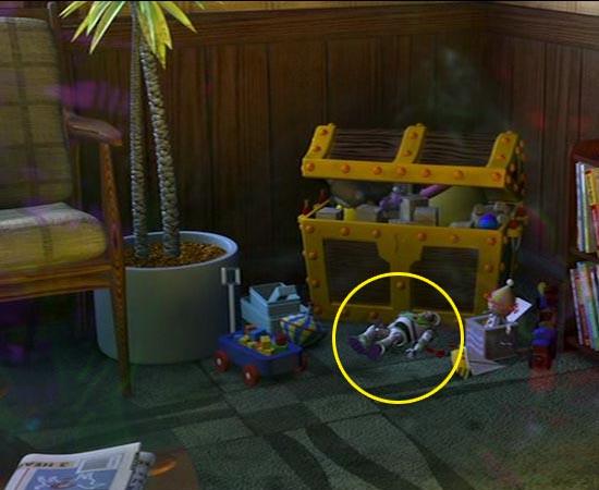 No mesmo ambiente (consultório de dentista), há um Buzz Lightyear jogado no chão.
