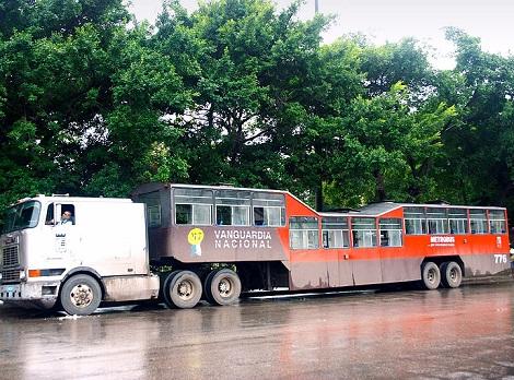 Um ônibus que é puxado por outro veículo. É o trailerbus, inventado na década de 1920. Esses veículos foram usados durante anos, mas agora são mais comuns só dentro de museus mesmo. Em Cuba, eles eram muito usados até a última década.