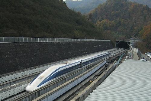 581 quilômetros por hora. Essa é a velocidade máxima atingida pelo trem japonês SCMaglev, o mais rápido do planeta.