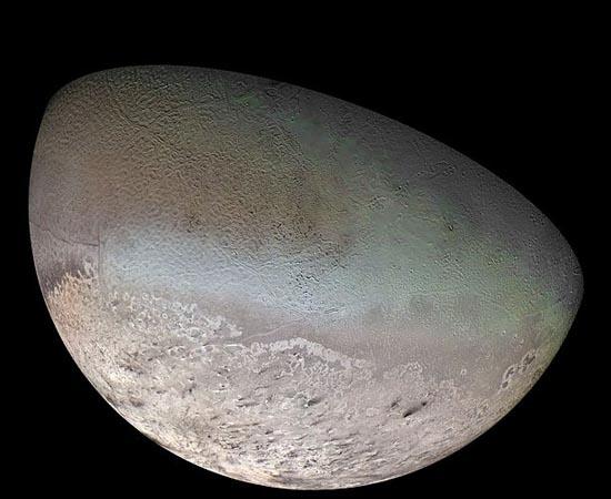 Tritão é a maior lua de Netuno. Tem quase o tamanho da nossa Lua e é, provavelmente, o corpo mais frio do Sistema Solar. Foi descoberto em 1846 por William Lassel. Cientistas acreditam que haja vulcões de nitrogênio líquido em sua superfície.
