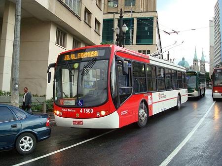 O trolleybus, ou ônibus elétrico, é muito comum no mundo, inclusive no Brasil. É um dos meios de transporte usados em São Paulo. O ônibus se conecta com cabos de energia que ficam suspensos ao longo do percurso.
