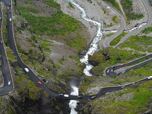 A Noruega pode até ser um dos países mais desenvolvidos do mundo, mas nem por isso fica sem uma estrada perigosa. A Trollstigen é uma parte da Rodovia Nacional 63 - e cheia de curvas e penhascos.