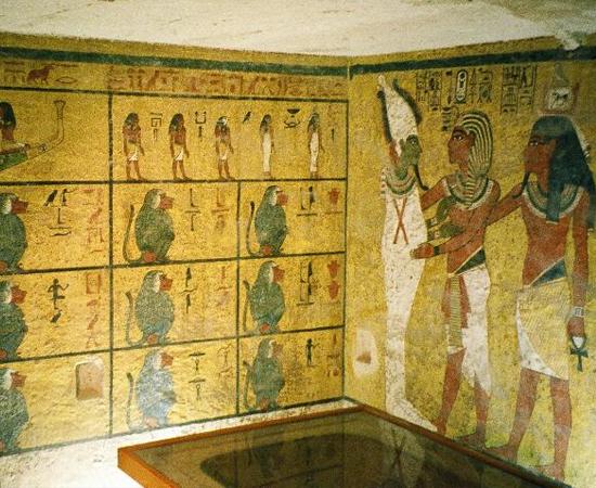 TÚMULO DE TUTANCÂMON - Está localizado no Vale dos Reis, em Tebas, no Egito. O faraó Tutancâmon morreu aos 19 anos de idade, antes que tivesse uma tumba preparada. Por isso, foi sepultado em uma pequena câmara mortuária, encontrada em 1922.