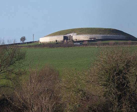 NEWGRANGE - É uma tumba do Conjunto Arqueológico do Vale do Boyne, na Irlanda. Trata-se de um sítio pré-histórico, onde foram encontrados restos humanos cremados.
