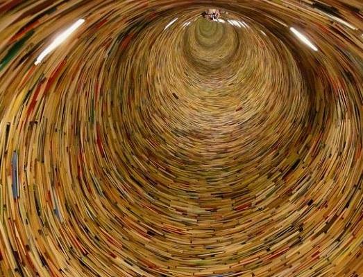 O artista Matej Kren é o autor desse túnel de livros que parece ser infinito. Para dar o efeito, ele instalou um espelho no final da obra de arte.