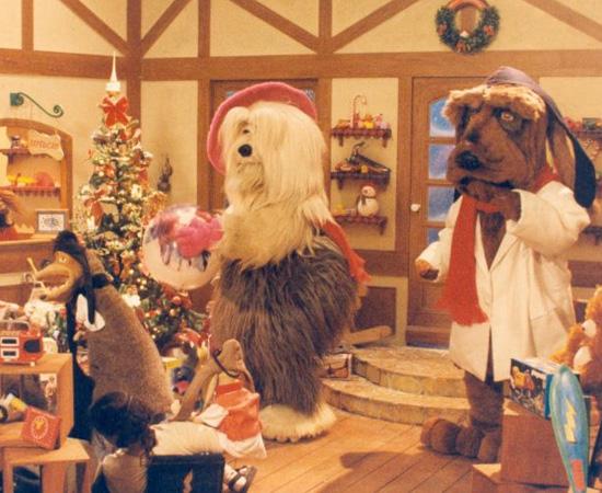 TV Colosso (1993) é um programa infantil de TV  que mostrava cães caracterizados como funcionários de uma emissora.