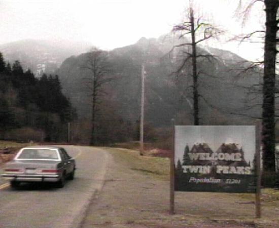 Twin Peaks (1990) é uma série de TV que conta a investigação de um assassinato.