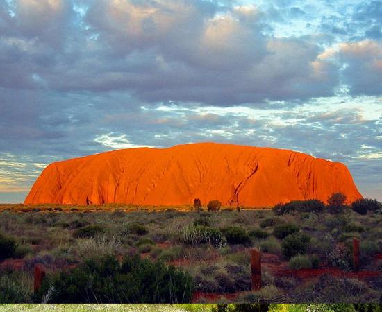 Pouca gente conhece esta maravilha natural da Austrália. A rocha Uluru, localizada no Parque Nacional de Uluru-Kata, é um monolito com 318 metros de altura e 8 km de circunferência. Ela fica ainda mais bela ao amanhecer e ao pôr-do-sol, quando emite um brilho vermelho.