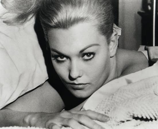 Um corpo que cai (Alfred Hitchcock, 1958) - Hitchcock ataca novamente. Desta vez, seu protagonista é um detetive com fobia de altura obcecado por uma mulher atormentada por visões e com tendências suicidas. Quando ela finalmente se joga de uma torre alta, a vida dele vira de cabeça para baixo. E só o começo do mistério.
