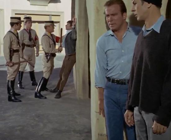 'Você reconhece aqueles uniformes?' - Capitão Kirk. 'É de meados do século 20, do Estado-nação chamado de Alemanha Nazista.' - Mr. Spock