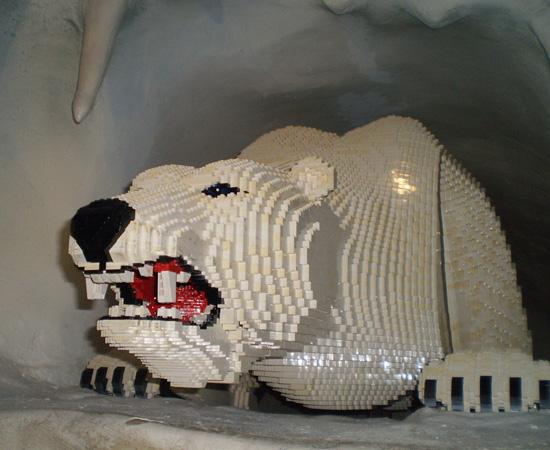 Este urso polar foi construído com centenas de peças de Lego.