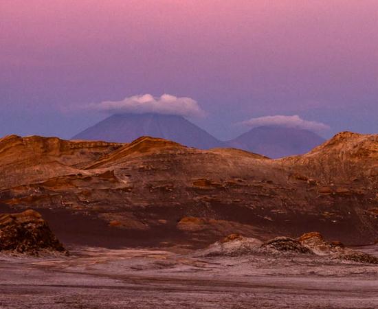 Esta poderia ser uma foto de Marte tirada pela sonda Curiosity, mas é apenas uma paisagem terráquea conhecida como 'Valle de La Luna'. A área do Deserto do Atacama (Chile) é o lugar mais seco do mundo, onde pode demorar anos para chover.
