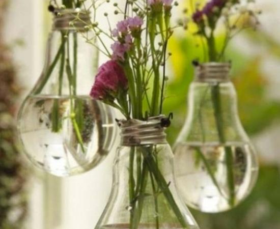 As ampolas de vidro de lâmpadas queimadas podem ser usadas para fazer pequenos vasos de flores.