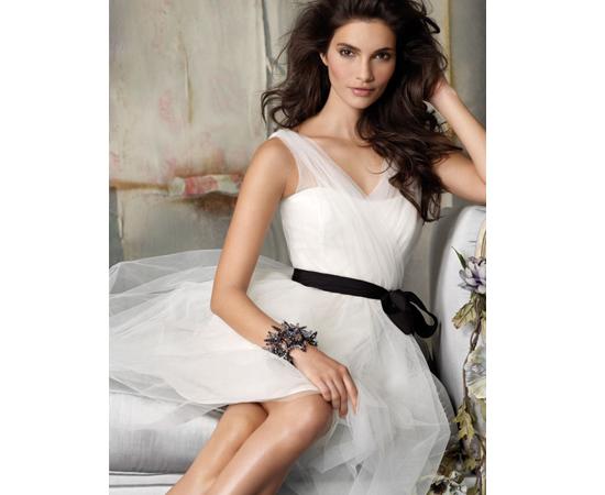 Observe a montagem! A modelo deste site de vestidos cruza as pernas de forma bizarra.