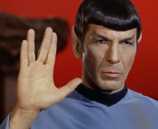 'Vida longa e próspera.' - Mr. Spock faz a tradicional saudação vulcaniana.