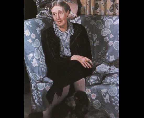 Virginia Woolf e sua cachorra Pinka. A escritora britânica é famosa por suas obras modernistas compostas sob o método do fluxo de consciência. Escreveu Mrs. Dalloway (1925), Orlando (1928) e várias outras obras conhecidas mundialmente.