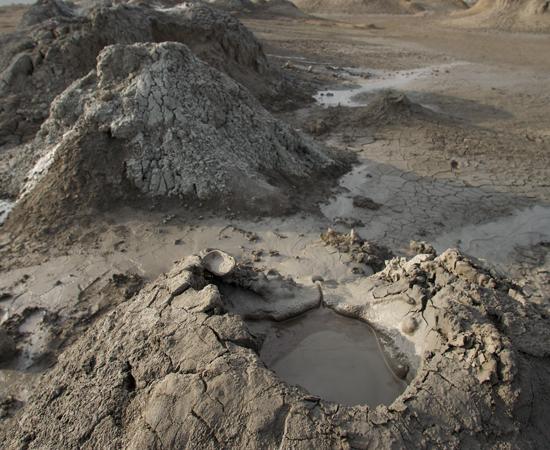 Esta maravilha natural da Terra poderia ser o cenário de uma ficção científica. No Parque Nacional de Gobustan, no Azerbaijão, é possível encontrar mais de 400 vulcões que expelem lama. Se for passear por lá, tome o cuidado de tapar o nariz, pois o ar da região é carregado de metano e cheira muito mal.