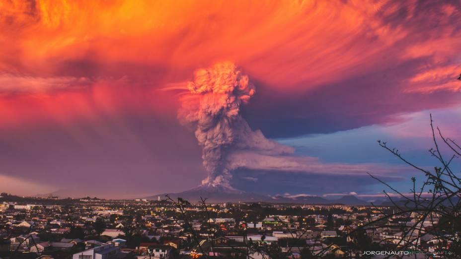 Esse é ovulcão chileno Calbuco, de Puerto Montt, localizado a cerca de mil quilômetrosde Santiago. Em 22 de abril de 2015, devidoà erupção do vulcão , as autoridades declararamalerta vermelho e ordenaram a evacuação de habitantes.
