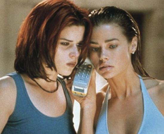 Garotas Selvagens (John McNaughton, 1998) - Um conselheiro estudantil é acusado de estuprar duas adolescentes: Kelly, uma jovem mimada que é apaixonada por ele, e Suzie, a rebelde-sem-causa da cidade. Logo se descobre que as duas armaram o plano. E essa não é nem de longe a reviravolta mais importante do filme.