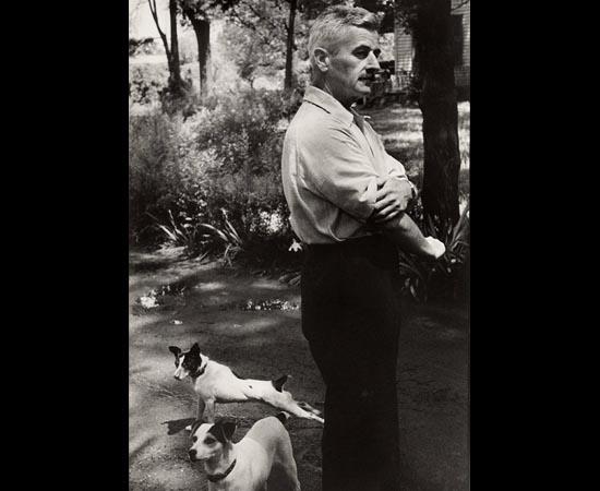 William Faulkner e seus cães. Ele foi um dos maiores autores do século 20. Escreveu livros, contos e poesias. Algumas de suas obras mais conhecidas são: O Som e a Fúria (1929), Enquanto Eu Agonizo (1930) e Desça Moisés (1942).