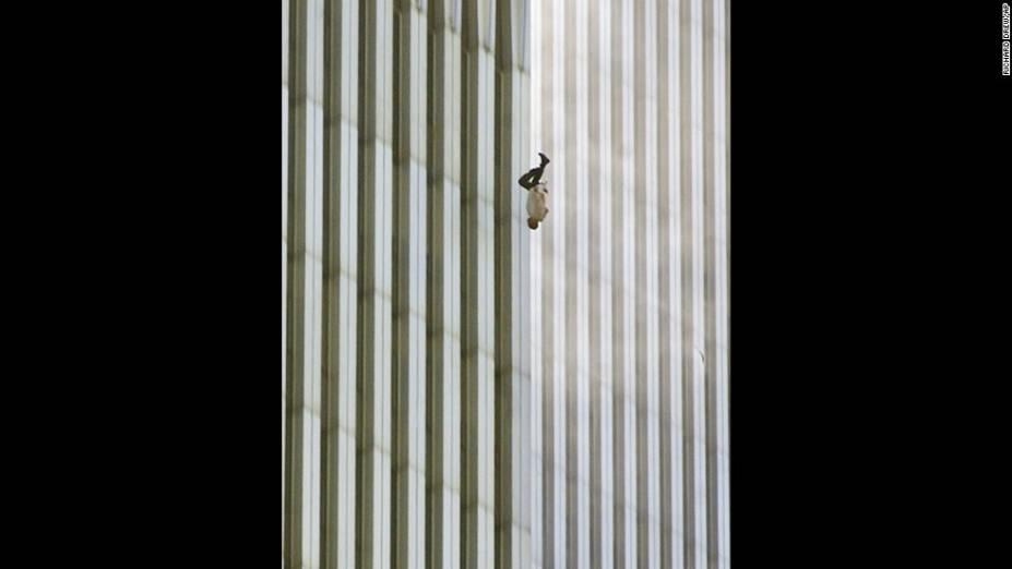 A foto mostra um homem que se jogou da Torre Norte do World Trade Center, em Nova York, durante os ataques terroristas de 11 de setembro de 2001.