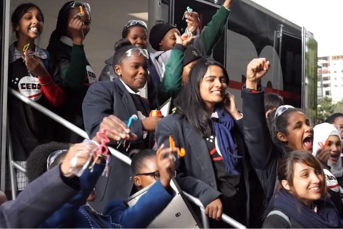 adolescentes-sul-africanas-criam-o-primeiro-satelite-privado-da-africa