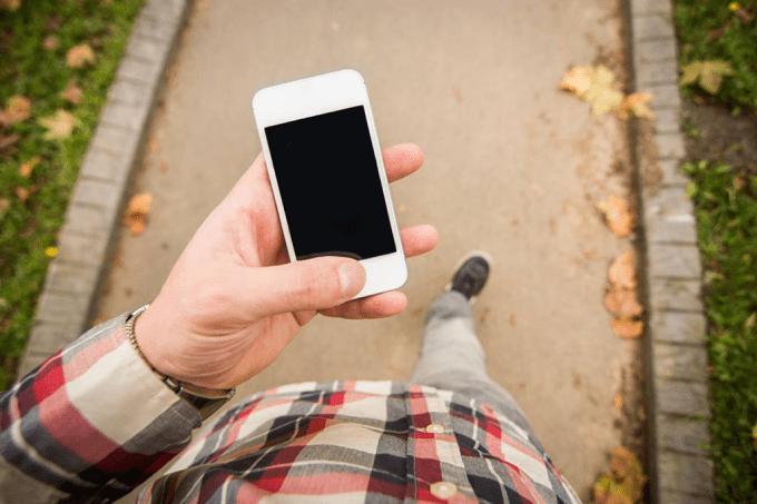 Você anda de um jeito diferente quando está digitando no celular